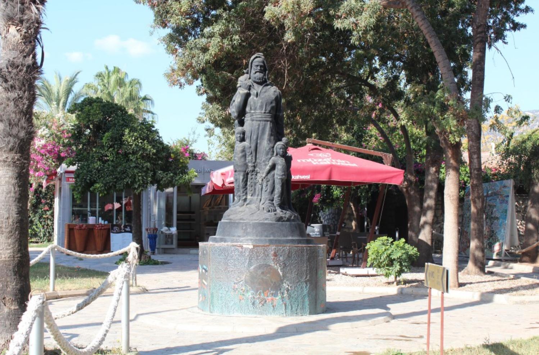 Statuen foran julemandens grav i Demra, Antalya